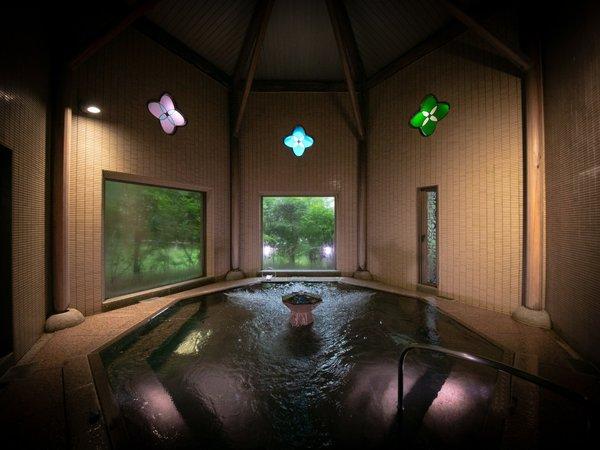 ステンドグラスと大理石の重厚な造りの女性大浴場でごゆっくりとお寛ぎくださいませ。