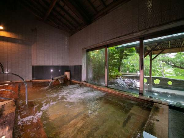 檜の木の香る男性大浴場では開放感のある造りでお楽しみ頂いております。ごゆっくりとお寛ぎくださいませ。