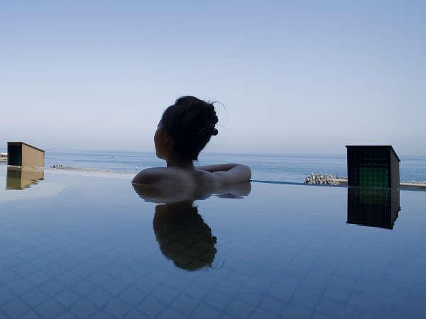 【天宮の雫】青い空、青い海に溶け込むように浸かる天宮の雫で開放的な景色に身も心も安らぐひと時。