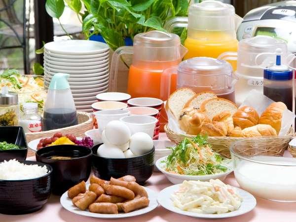 石川県産コシヒカリの炊き立てご飯とお味噌汁・牛すじカレーなど、種類豊富な無料朝食サービス