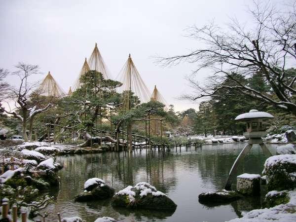 雪化粧の兼六園・ホテルからお車で約10分、路線バスなら約15分です。