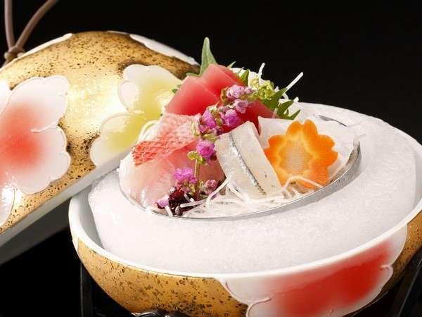 【刺身】金色の華やかな手毬のような器でおもてなし、目と口で楽しめるお料理