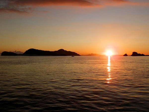 *水平線に沈む夕日をゆっくり眺めてみませんか?