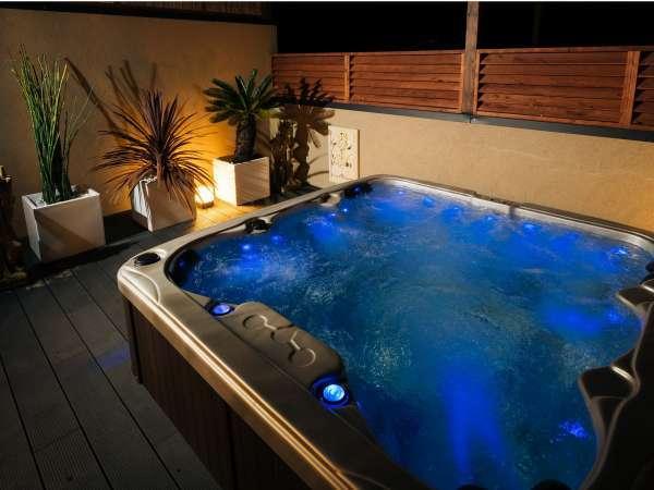 ライトアップの変化が楽しい、ジャグジー露天風呂。(夜イメージ)