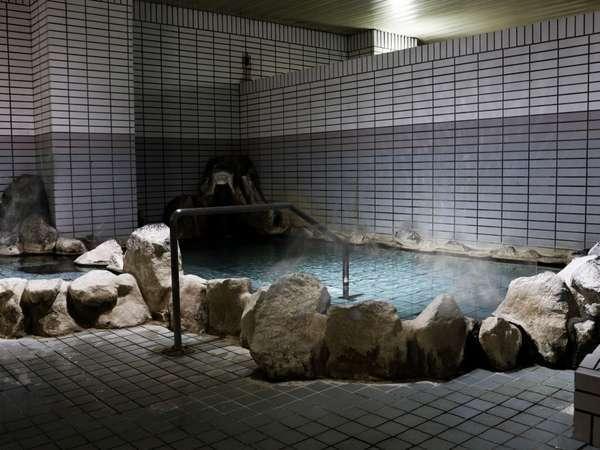 温泉は日帰り入浴も人気。大人500円・小人200円。
