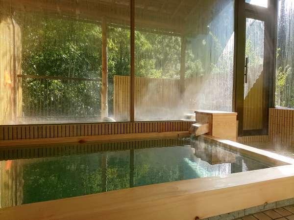 【大浴場】 女性 木々の緑が反射して・・