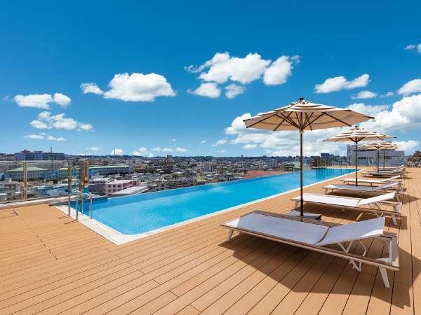 【インフィニティープール】首里の丘から見晴らす風景と一体となったホテル自慢のプール。(夏季営業)
