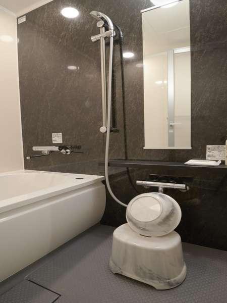 ビュー/プレミアビュー/コーナーツインでは浴室に風呂桶と椅子を完備