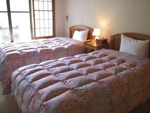 洋室のベッドです。ベッドで慣れていらっしゃる方はこちらでどうぞ。