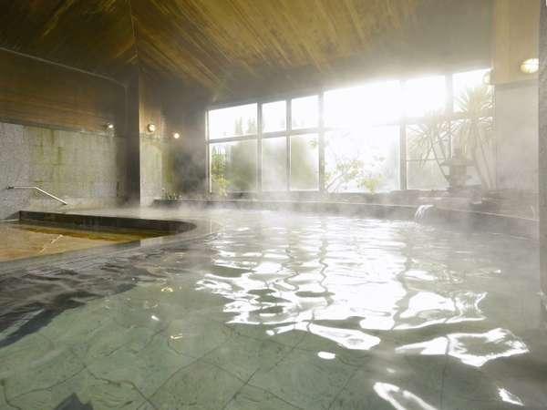 弱アルカリ性弱放射能泉の大浴場。夜は12時まで朝は6時~10時半まで。