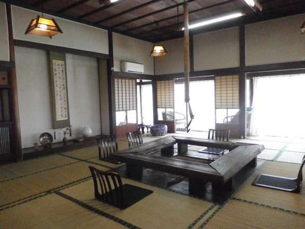 嘉瀬川沿いの古民家のお食事処川上別荘の居間