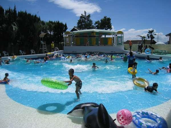 夏限定オープン!波の出るプールの他にウォータースライダーやちびっこプールも営業!