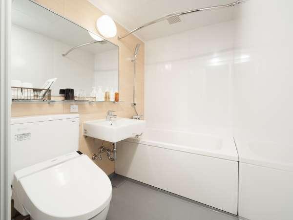 広々と清潔感のあるバスルーム(ツインルーム)