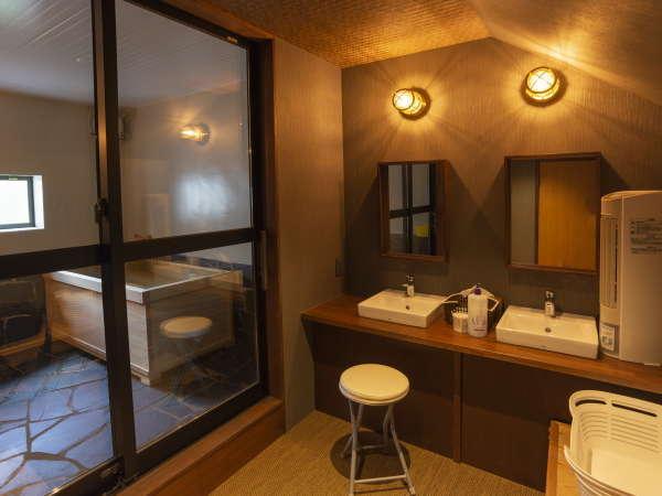 【貸切風呂】無料です。チェックイン時の予約制。脱衣場、洗面と洗い場(シャワー)設置。草津万代鉱源泉