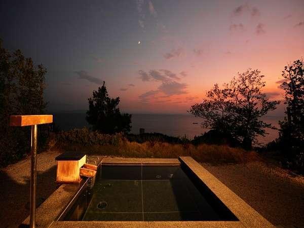 平屋客室B四角い石張りの露天風呂