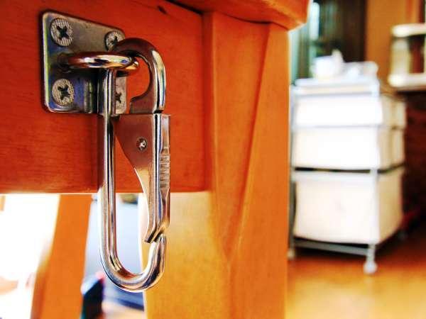 食堂には、リードをかけるフックがあります