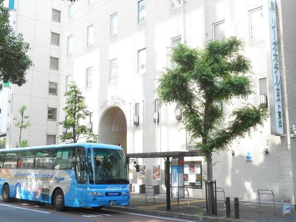 高松空港へのエアポートリムジンバスが、ホテル玄関前のバス停から出発