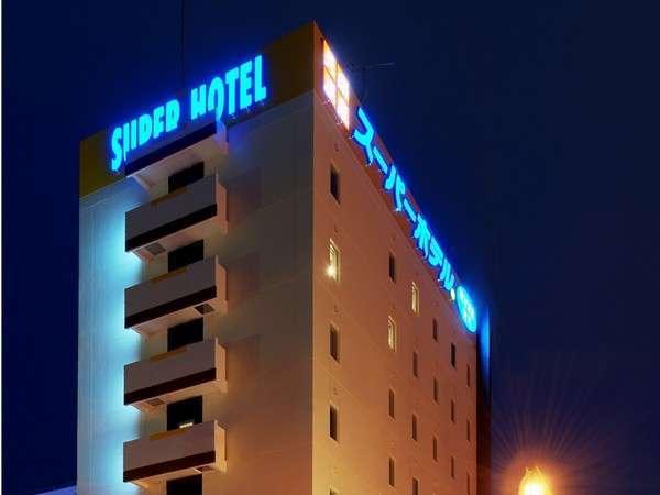 青く光るスーパーホテル旭川のネオン!昼とはまた違った表情でしょう!