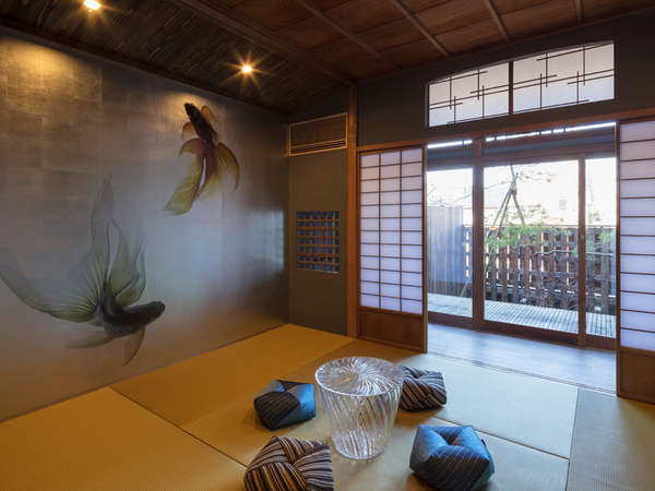 庭園を眺められる和室。透明なちゃぶ台とおじゃみ座布団を合わせ、現代の和室空間を演出。