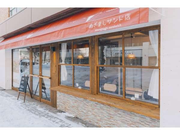 カフェとゲストハウスの入口です。