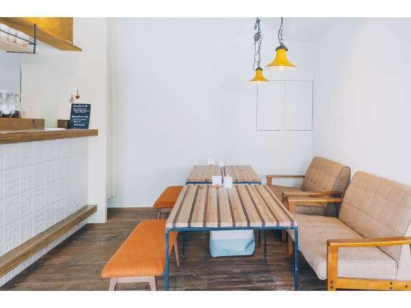 カフェ店内の写真です。閉店後は宿泊者専用スペースになります。