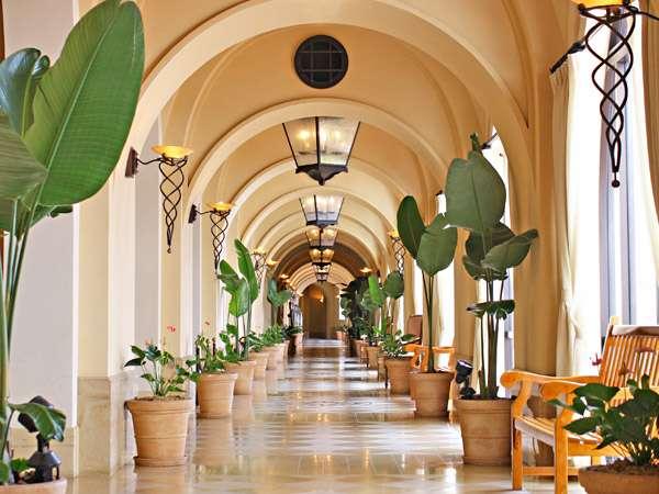 やわらかな曲線をいくつも取り入れた内装とあたたかな灯りが、南欧リゾートの雰囲気を高めます。