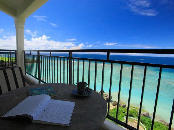 アリビラスイートから眺める沖縄本島屈指の透明度を誇る珊瑚礁の海