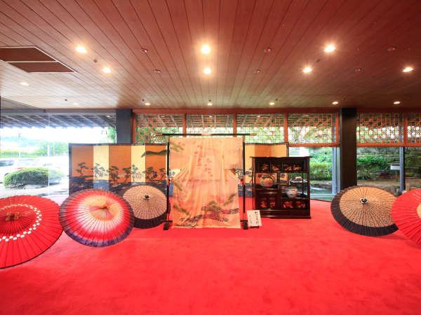 【ロビー】加賀友禅と和傘が色香を漂わせ、がが百万石の伝統をご覧いただけます。