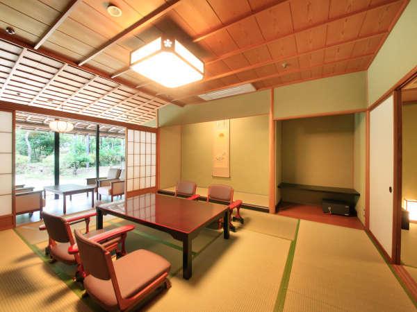 【別邸「奏」スイート和室】日本庭園に面した数寄屋造りの純和風のお部屋(1階または2階をご用意)。