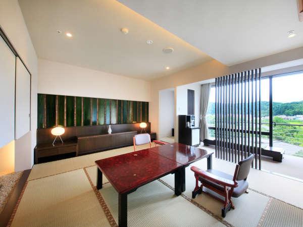 【本館・スーペリア和室】加賀の山並みや緑が美しい日本庭園を眺めるモダンなお部屋(610号室)。