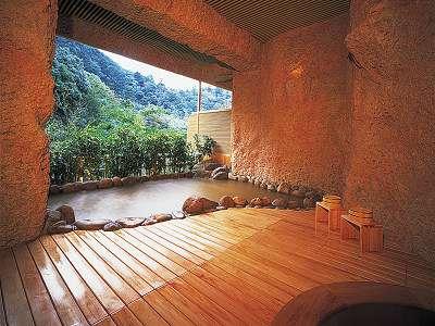 鴻朧館露天風呂。滝川のせせらぎを聞きながらほっこりと。