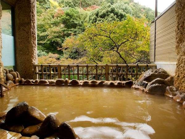 男場「金波の湯」にある露天風呂。景色を楽しめます。