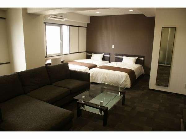 広さ37平米!52インチテレビ・広めのキッチン・ソファー付のプレミアムツインルーム♪