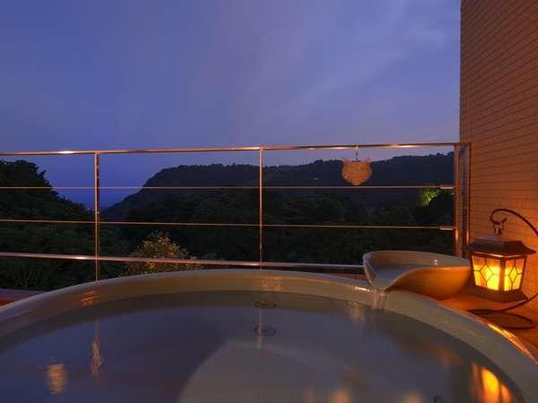 【ダブル(18㎡)】客室専用露天風呂:夕闇が迫る前のわずかな時間帯が今日一日の終わりを告げる