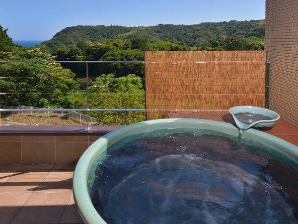【コネクト(35㎡)】客室専用露天風呂:大人二人で一緒に入浴しても余裕の大きな浴槽