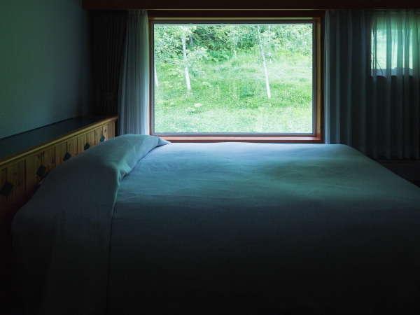 【洋スタイル】2階ベッドルームにも大きな窓を備えております。