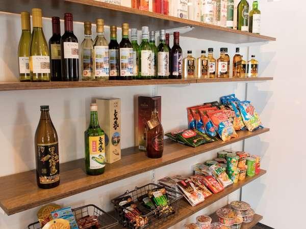 お酒やおつまみ、簡単な食事を購入できる売店があります。