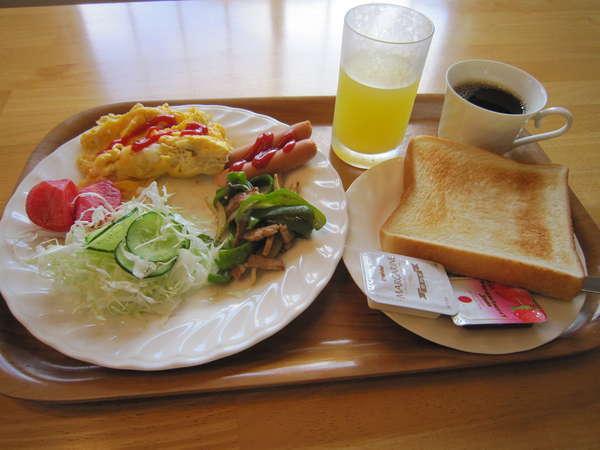 朝食。パン、コーヒー、ジュースはお代わり自由!また、お野菜は旬の新鮮なものを使用しています。