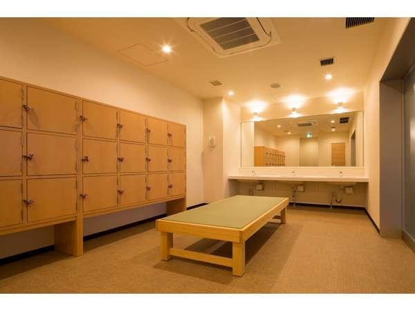 女性大浴場の更衣室。鍵付きのロッカーがあります ※2階