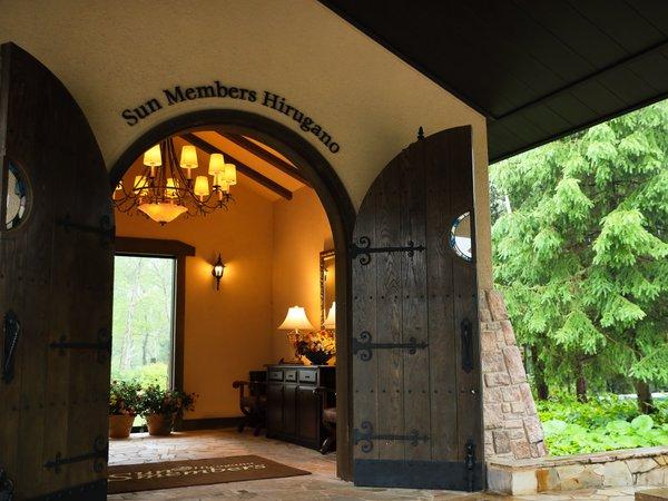 大きな扉が印象的なエントランス