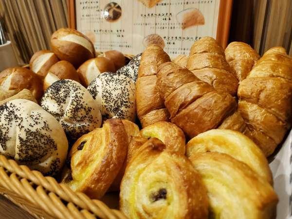 当ホテルのパンコーナー♪焼きたてパンもご用意しております。