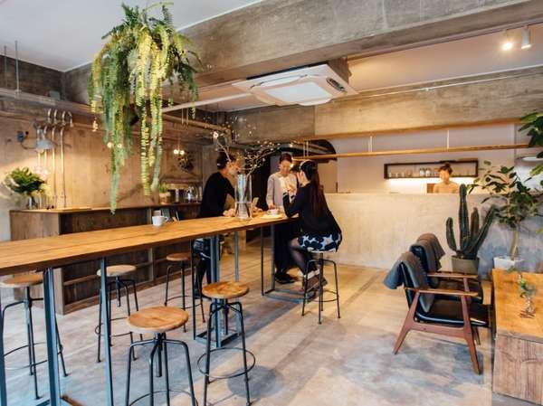 ゲストが団欒を楽しむロビーでは、コーヒーやお酒も提供しています
