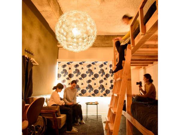 シングルベッド4台とソファがあるファミリールーム。5人宿泊の場合はソファベッドをお使いいただけます。