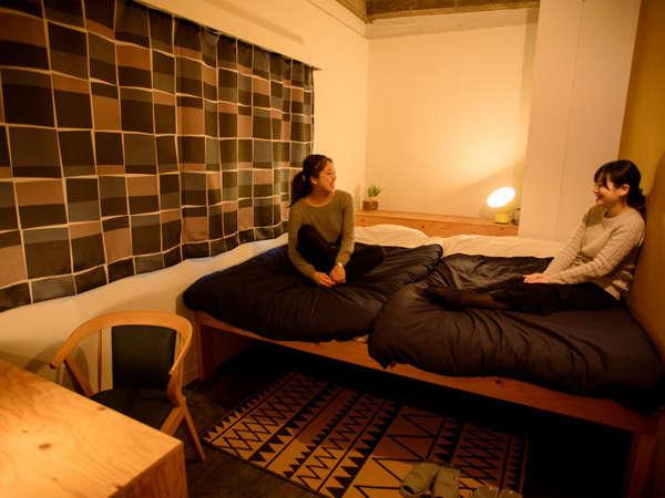 ベッドが横並びに並んだスタンダードなツインルーム。便利なデスクとチェアもついています。