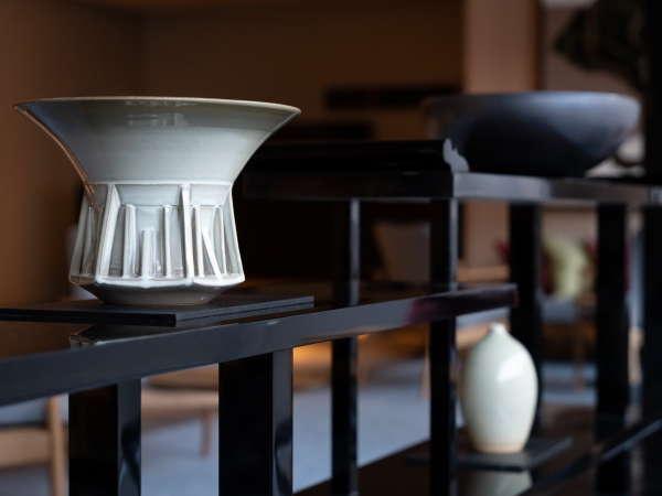 【ロビー】地元の深川窯の若手作家による萩焼の作品も展示しております。