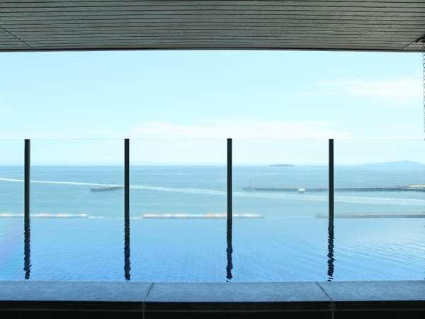絶景!展望温泉大浴場。遠く初島、天気のいい日は伊豆大島までご覧いただけます。