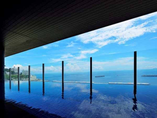 相模湾を望む絶景の温泉露天風呂。海を眺めながら極上のバスタイムを。(男性用)