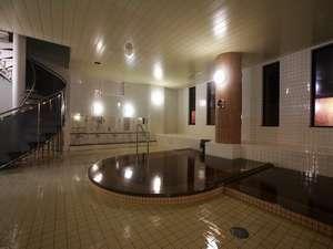 源泉湯溢れる大浴場。螺旋階段より屋上露天風呂へ
