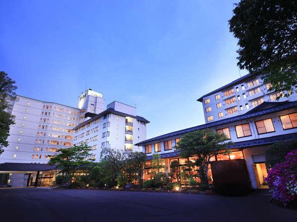 仙台駅から車で約30分の岩沼屋。敷地内に300台駐車できる無料平面駐車場も完備しています