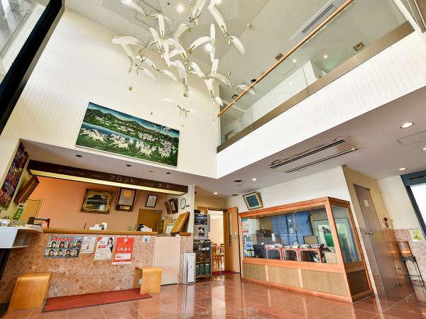 *【フロント】天井の高い解放感のあるフロントでお出迎えします。